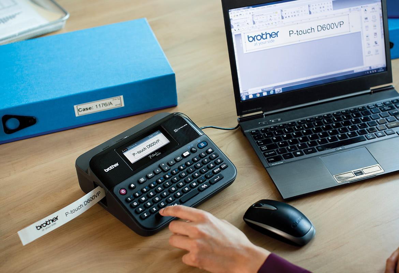 Stampante per etichette P-touch su una scrivania da ufficio stampa etichetta