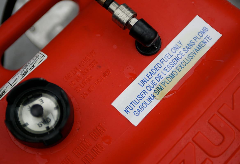 Etichetta P-touch su un contenitore con carburante sull'etichetta