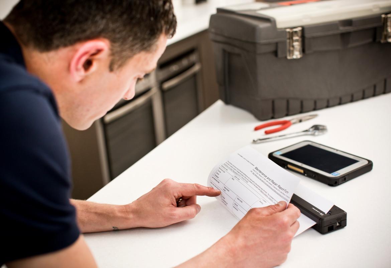 tecnico controlla documento stampato con stampante PJ su un tavolo