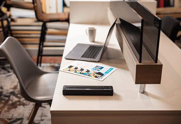 Stampante portatile Brother PJ su una scrivania con laptop