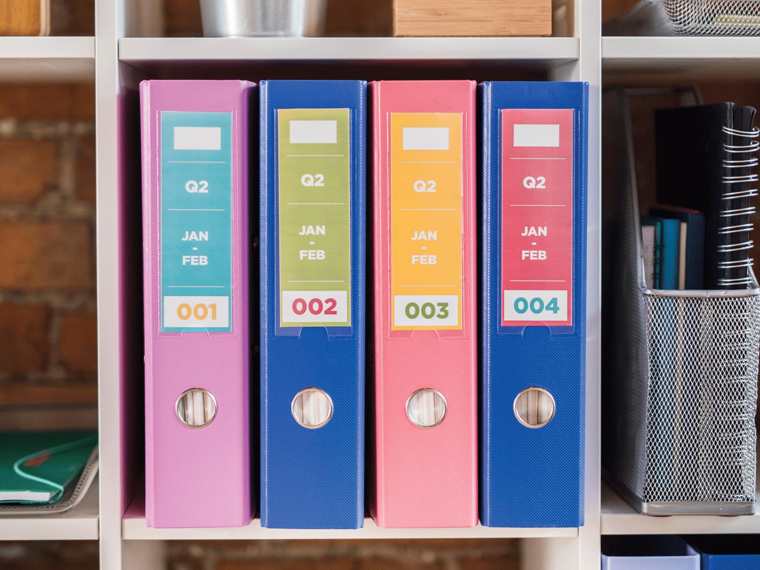 Raccoglitori colorati etichettati con etichette colorate