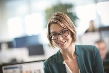 Impiegata sorridente in ufficio