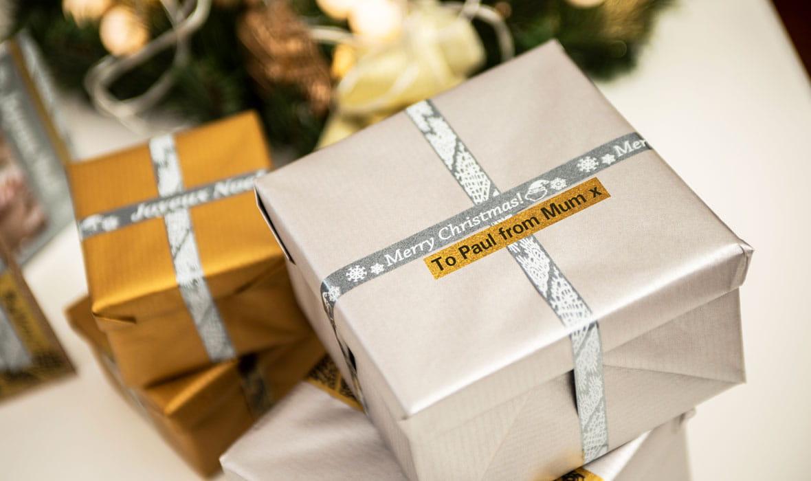 Pacchetti natalizi con etichette glitter argento con messaggio personalizzato