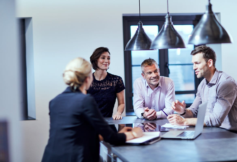 Meeting informale in ufficio tra quattro persone