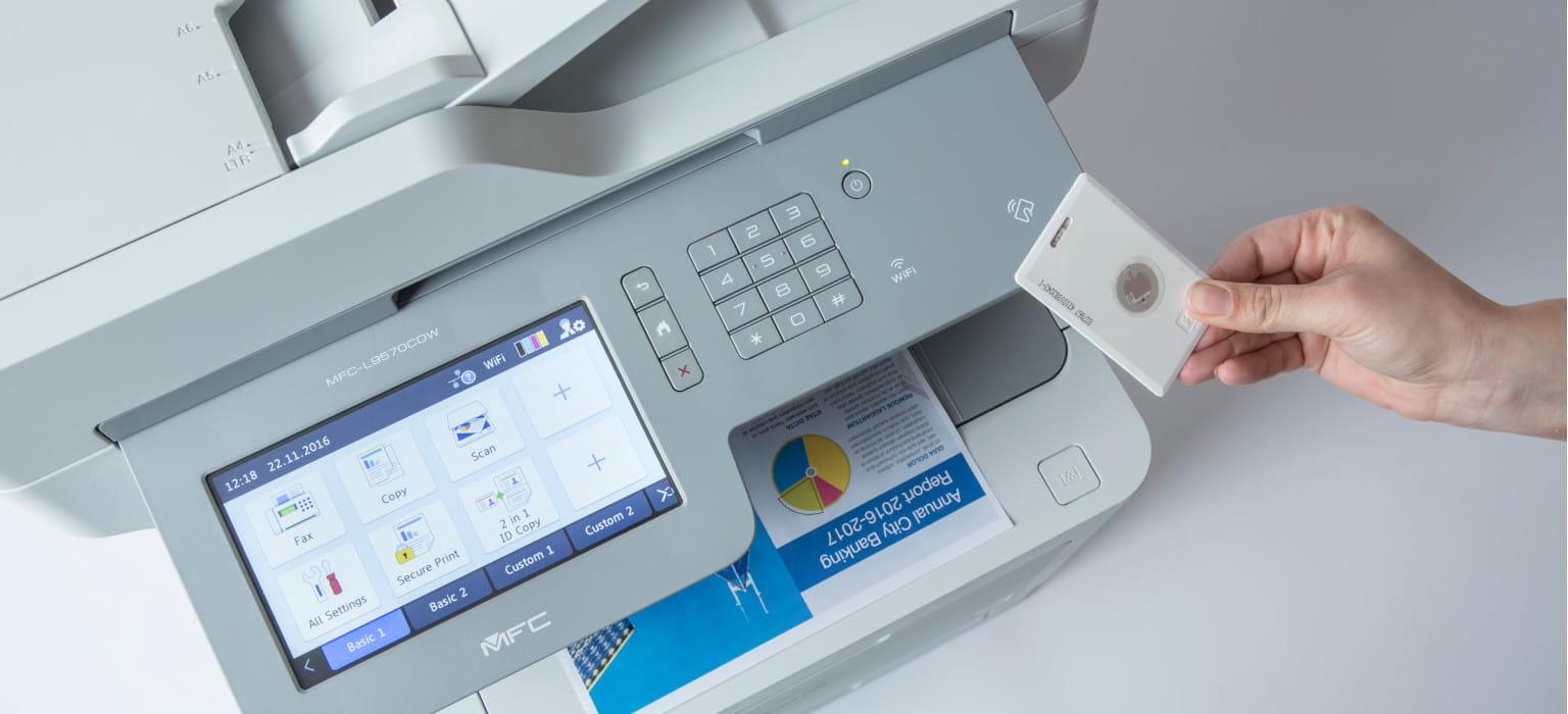 Dettaglio stampante multifunzione Brother MFC-L9570CDW con diisplay touchscreen e card NFC