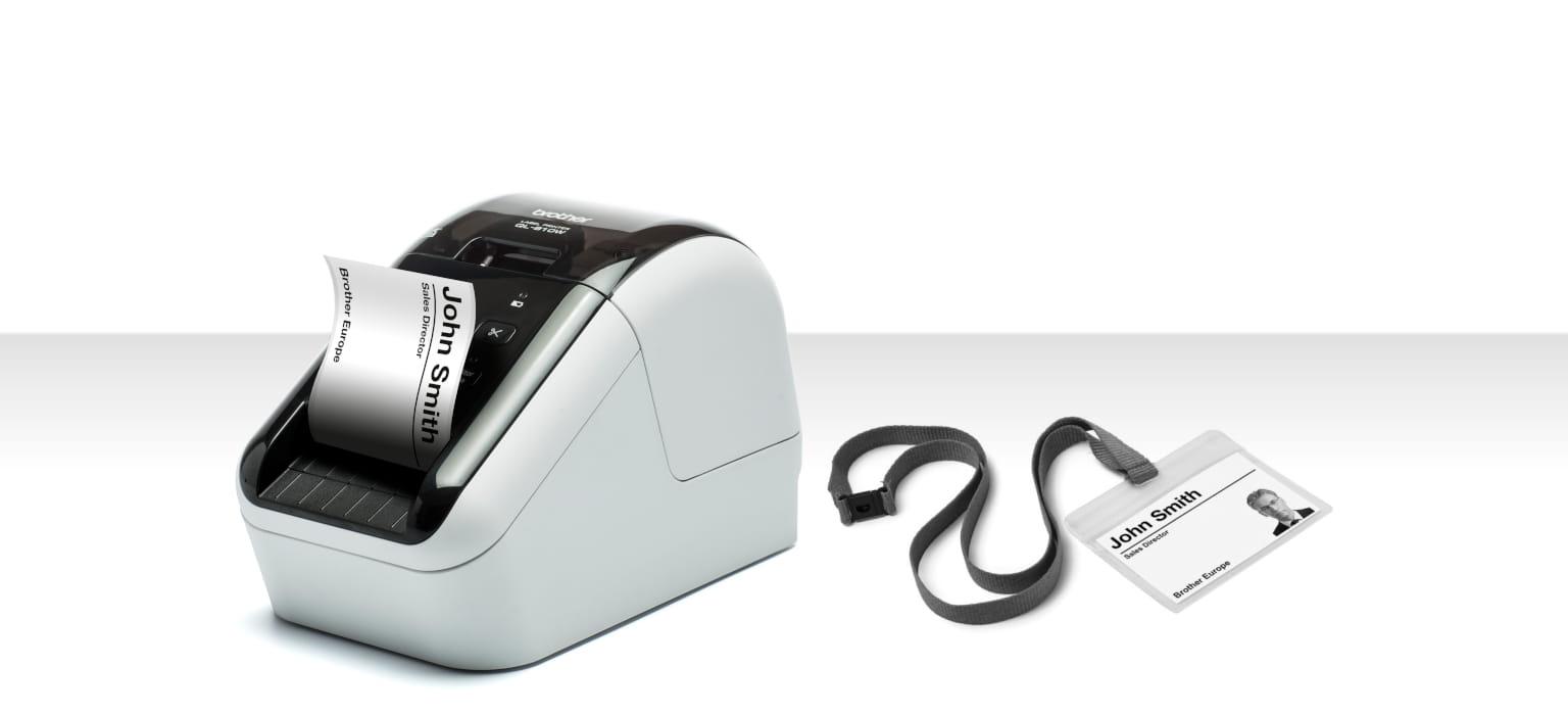 Stampante per etichette Brother QL-800W che stampa etichetta per badge