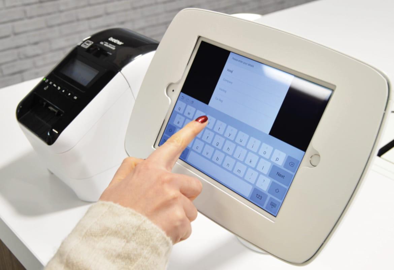 Stampante per etichette Brother QL-810W e monitor touch per stampare etichette