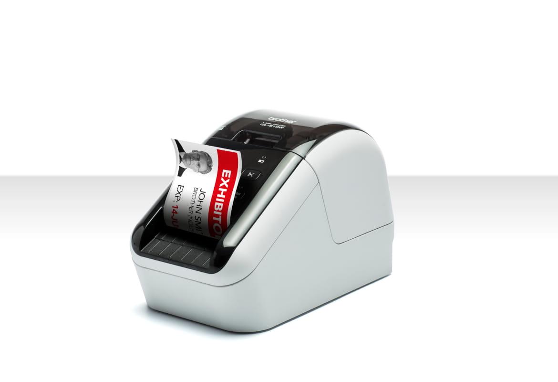 Stampante per etichette Brother QL-800W che stampa etichetta a due colori per badge