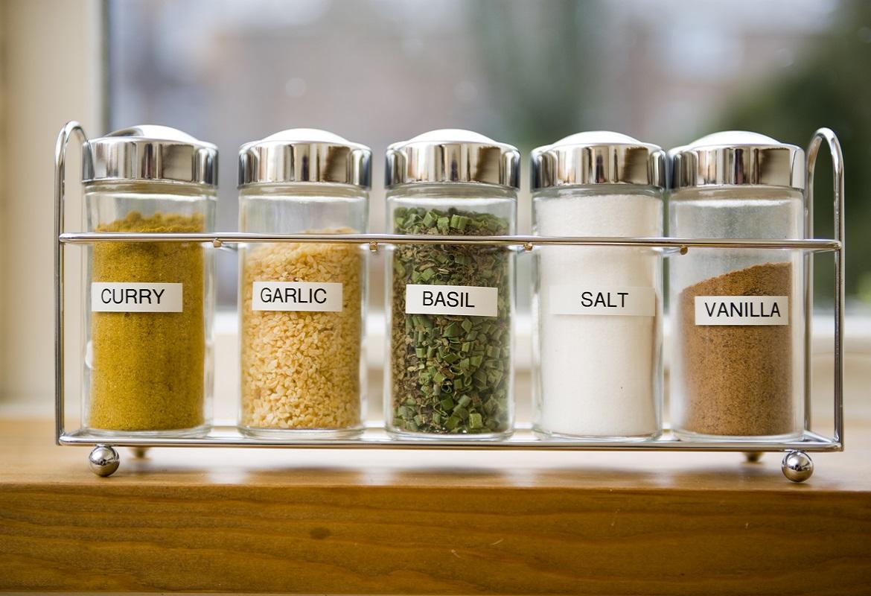 Contenitori con sali e spezie etichettati con etichettatrice Brother