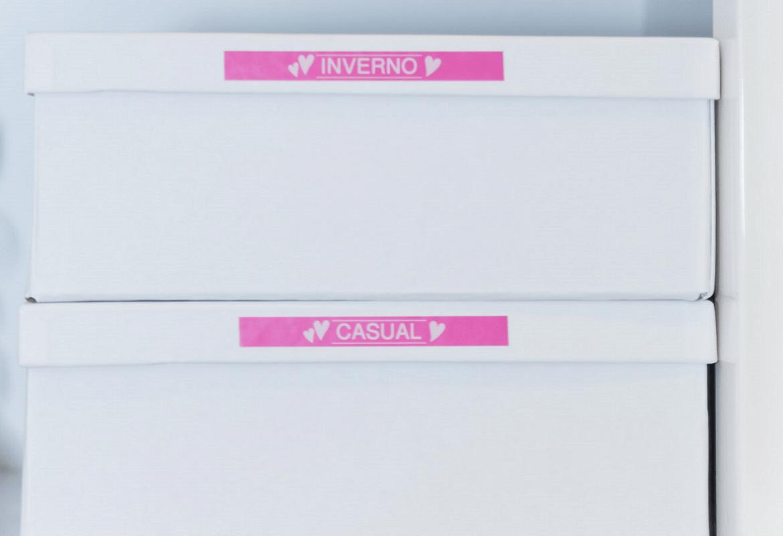 Etichette rose su scatole di scarpe create con etichettatrice Brother PT-H100LB