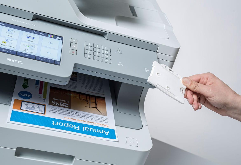 Stampa sicura tramite card NFC con stampante multifunzione Brother