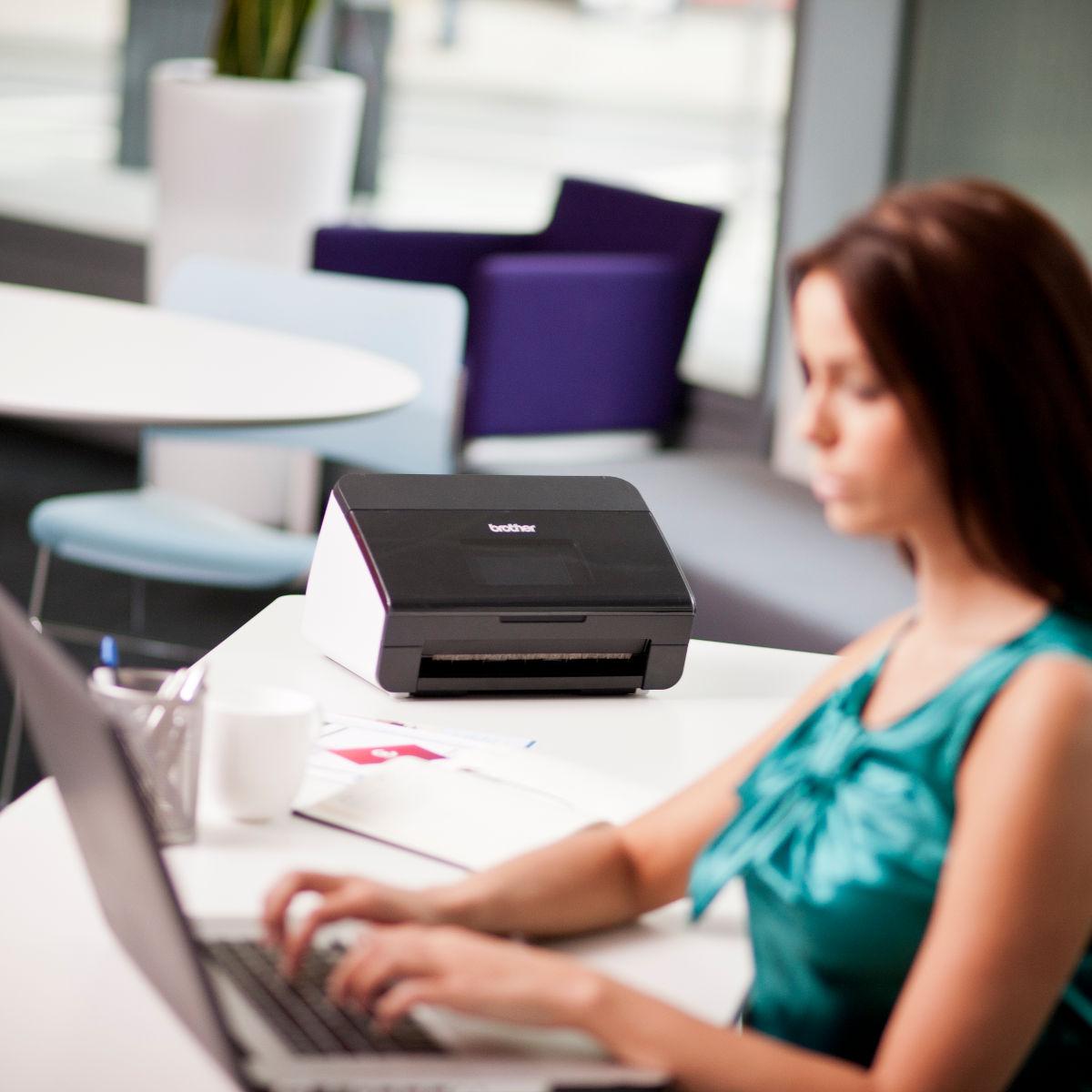 ADS-2600W in ufficio con ragazza che lavora al laptop