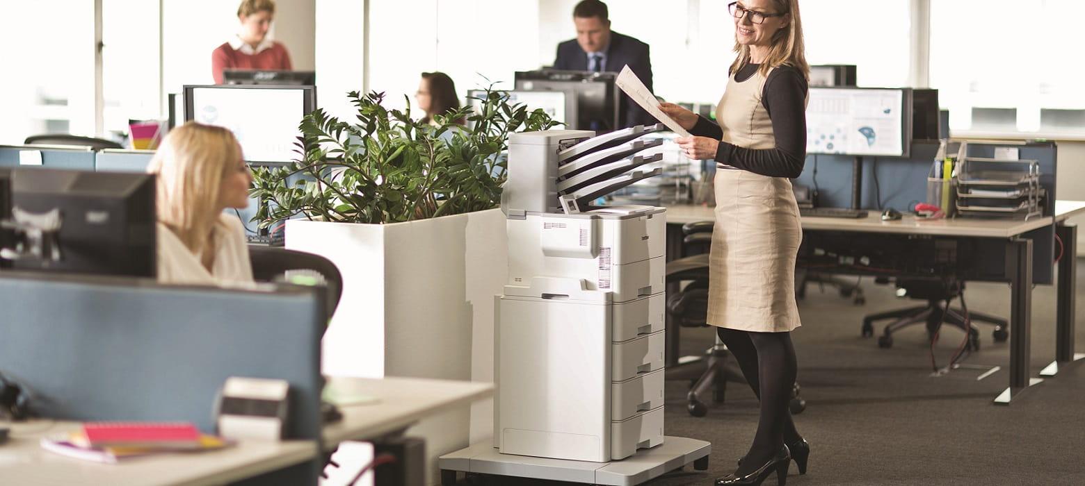 Personale in ufficio che stampa con stampante laser monocromatica Brother HL-L6400DW