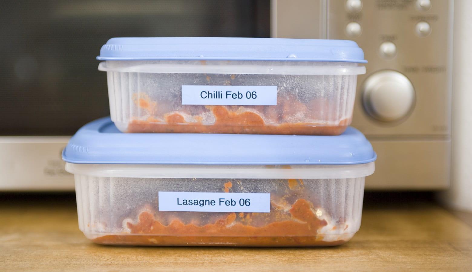 Cibi conservati in contenitore con etichetta con data di scadenza create con etichettatrice Brother