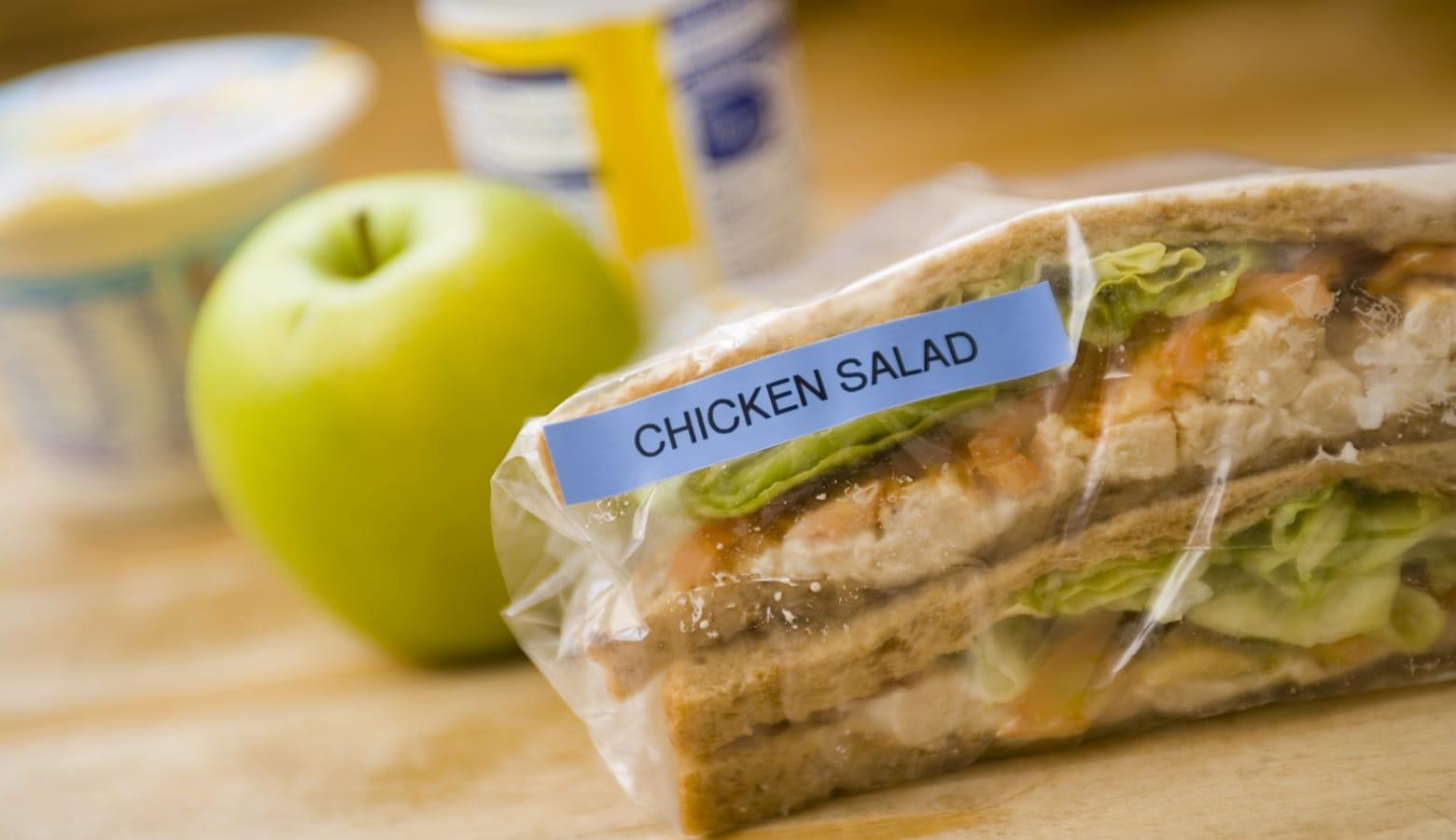 Insalata di pollo sigillata ed etichettata con etichettatrice #Brotherlabelit