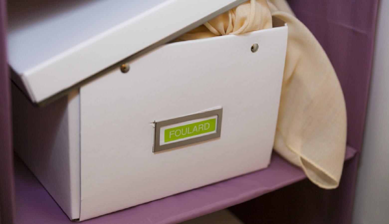 Scatola per vestiti nell'armadio etichettata con etichettatrice Brother