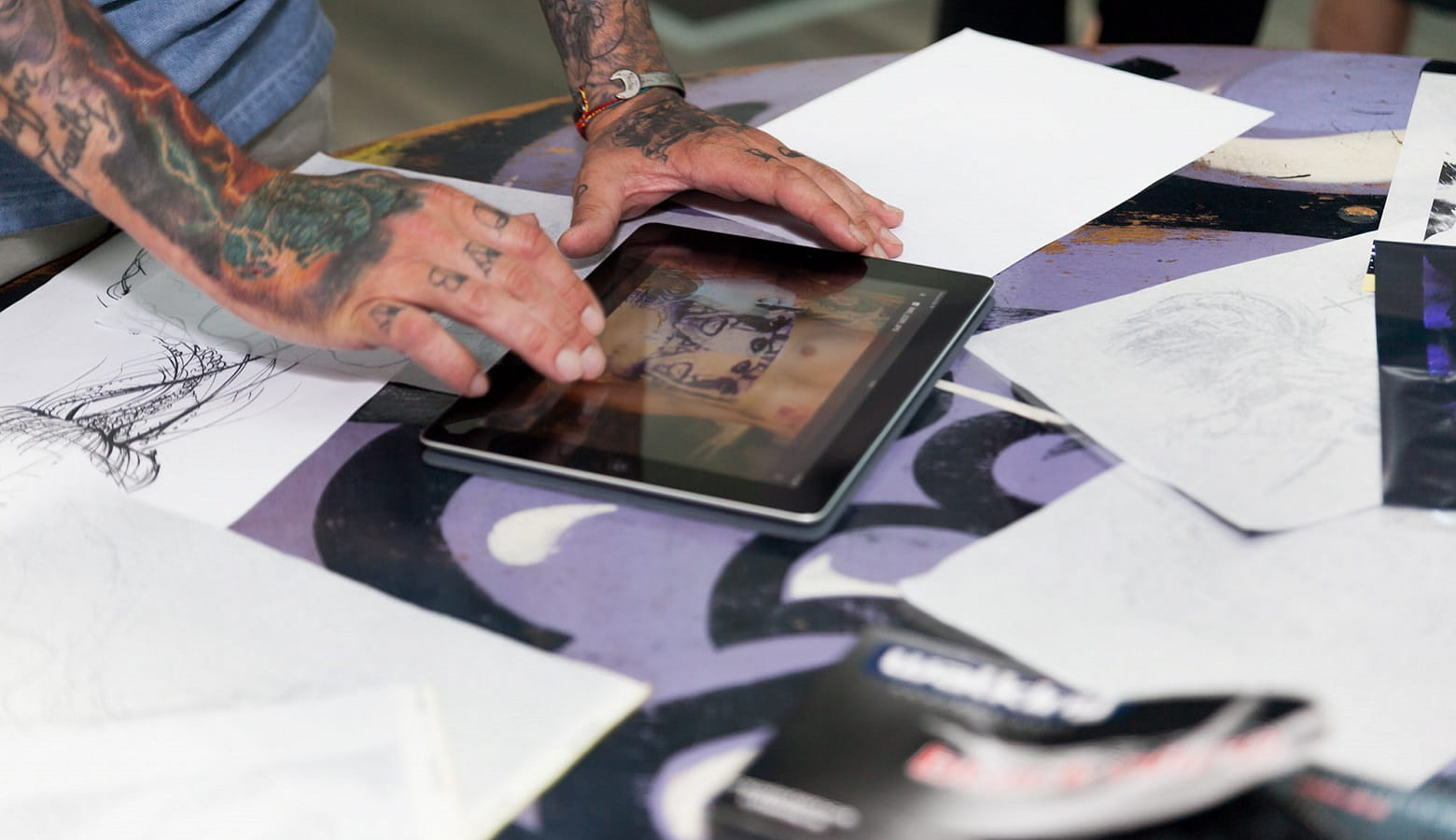 Tatuatore disegna su tablet