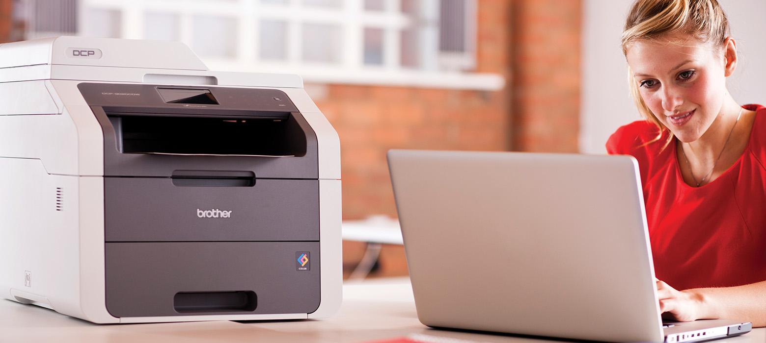 Stampante multifunzione Brother connessa via wireless ad un laptop