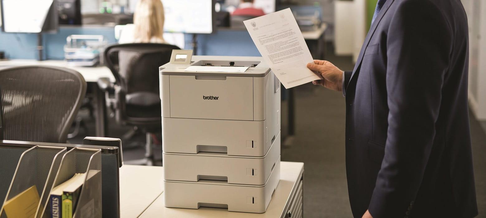 Foglio tenuto in mano stampato con la stampante professionale laser monocromatica Brother HL-L6400DW