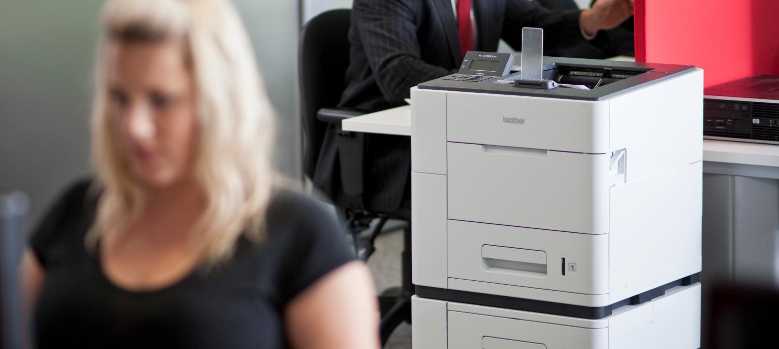 impiegata in ufficio con stampante Brother HL-S7000DN