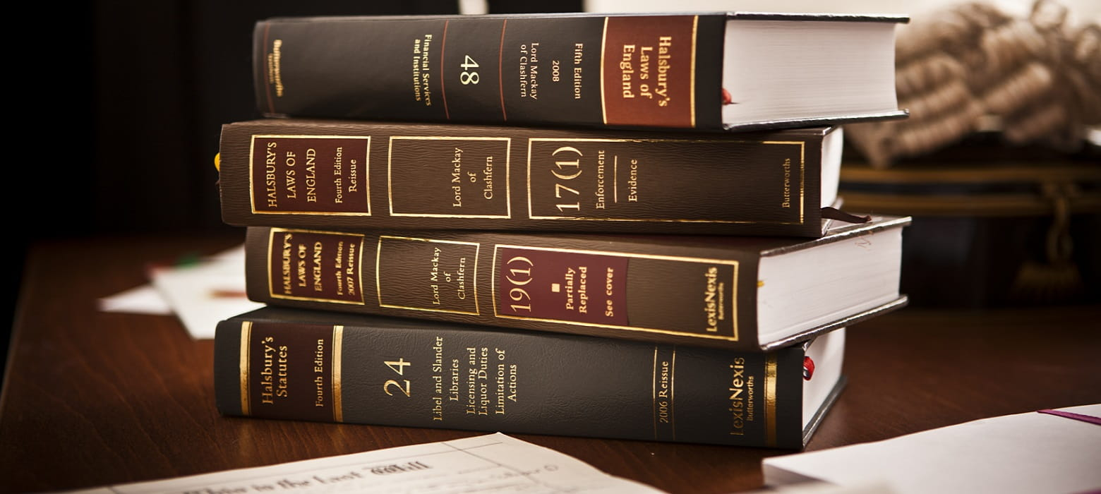 Libri di ambito legale su scrivania