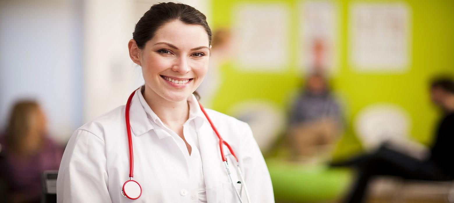 Medico in camice con stetoscopio