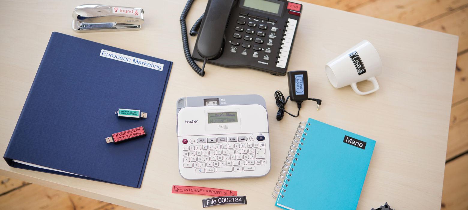 Scrivania organizzata e ordinata con l'etichettatrice professionale desktop Brother PT-D400