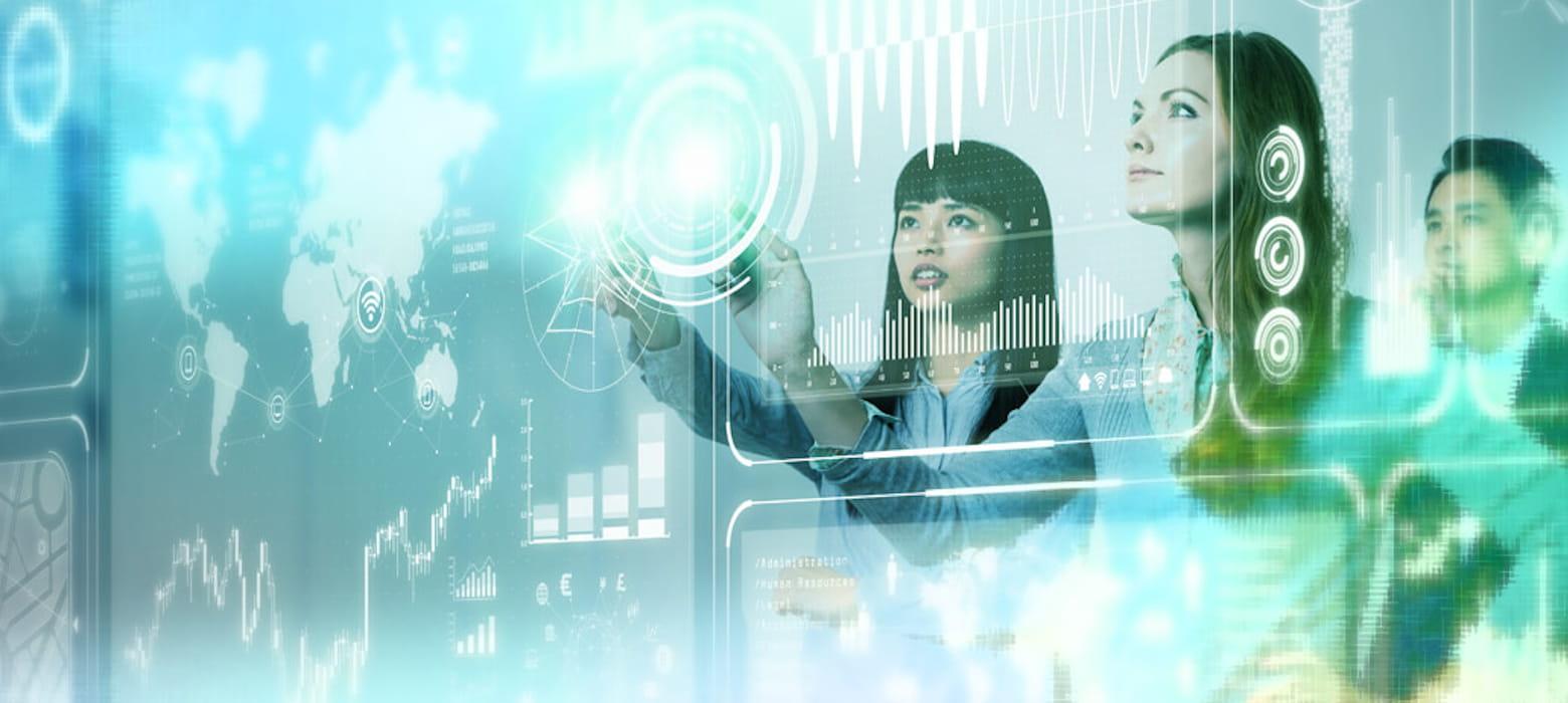 Ufficio del futuro. Donne che guardano dati su una parete touch screen.