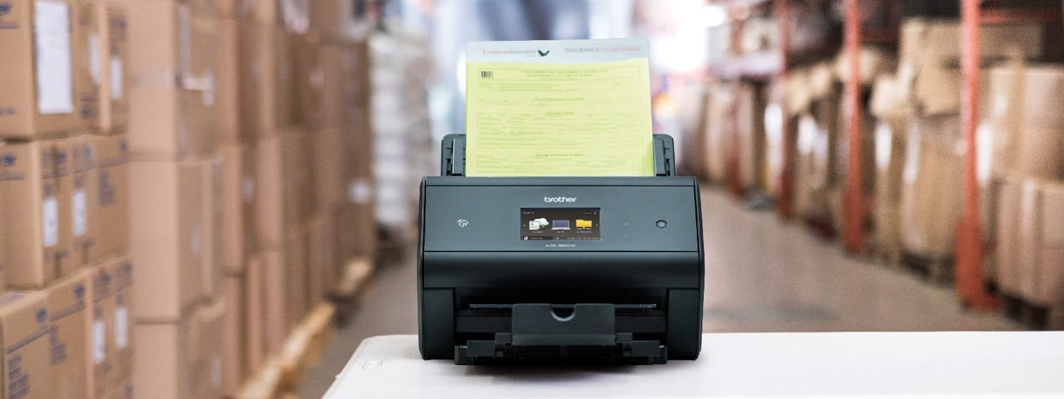Scanner desktop Brother ADS3600W all'interno di un magazzino