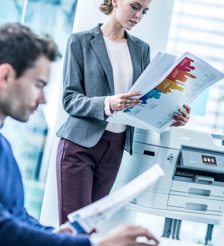 colleghi con in mano fogli stampati con stampante Brother