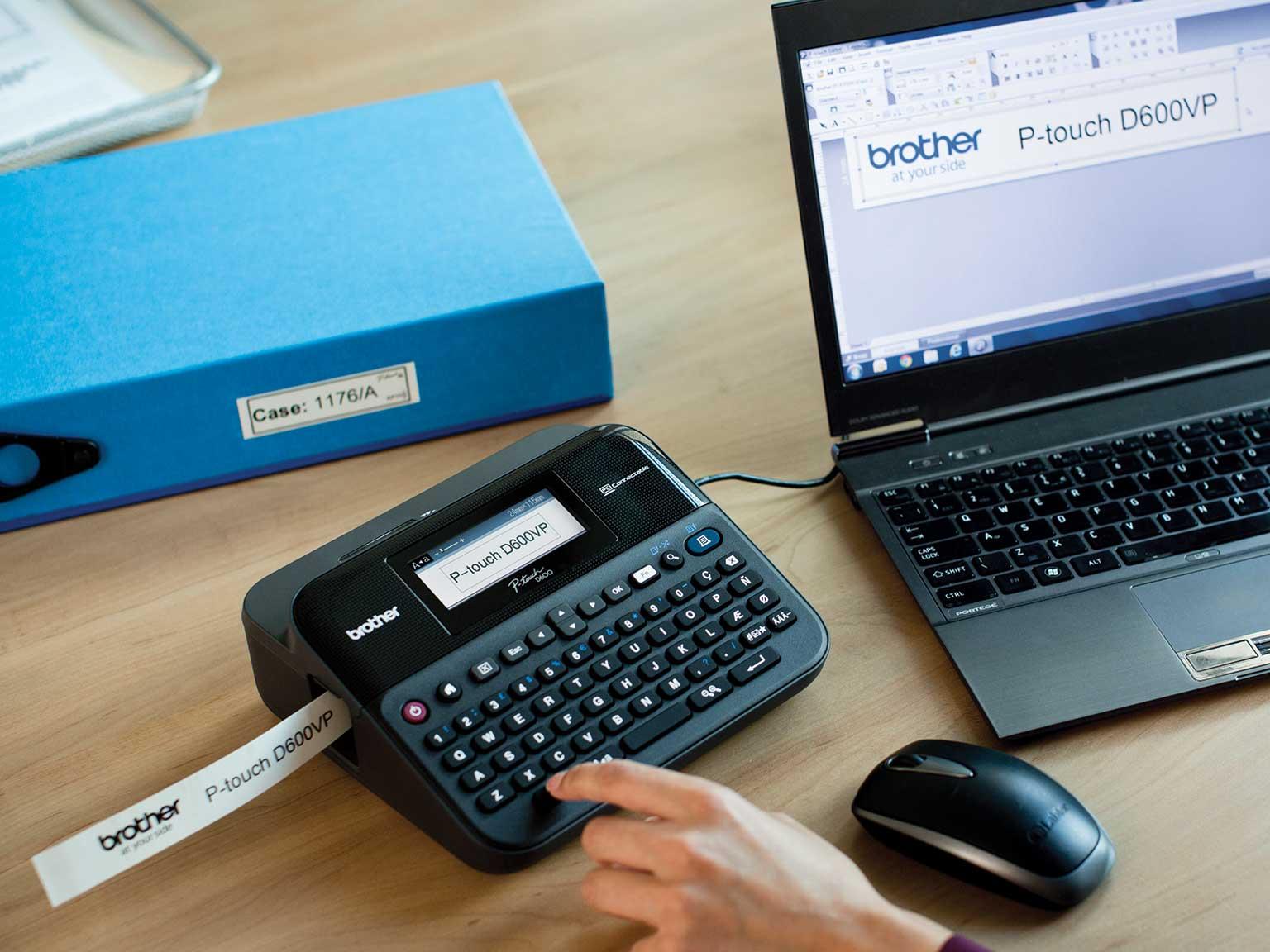 Stampante per etichette P-touch collegata ad un pc su una scrivania