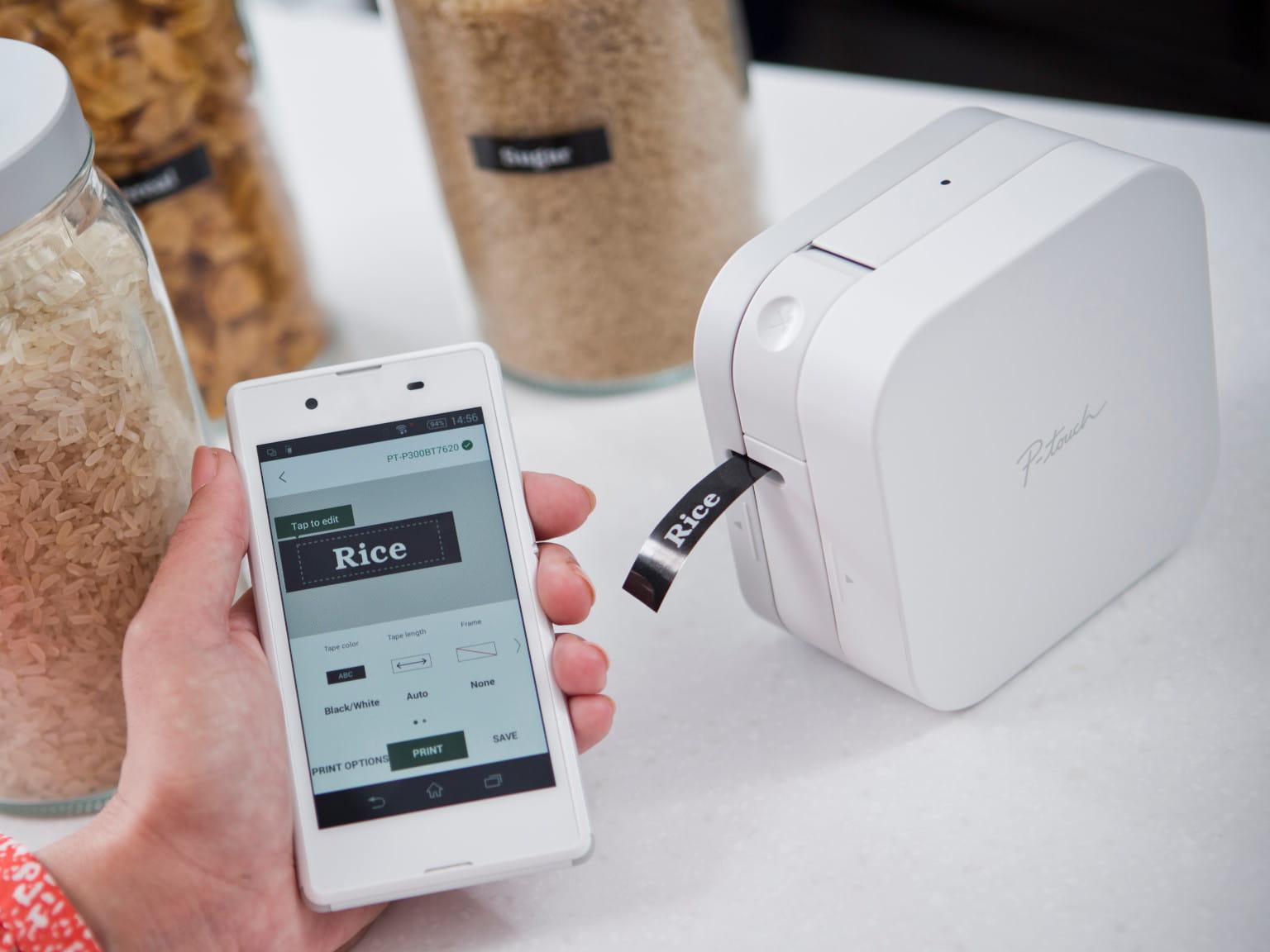 Etichettatrice P-touch CUBE con smartphone e contenitori per alimenti