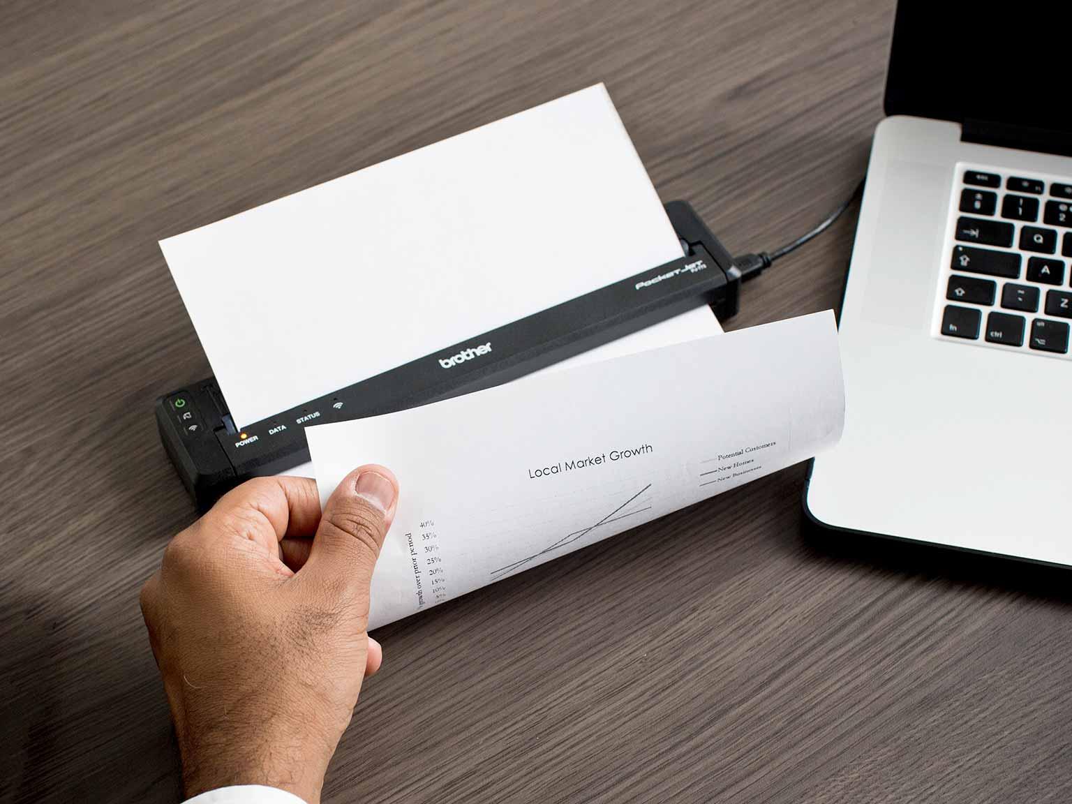 Un venditore stampa un A4 dalla stampante portatile Brother PJ