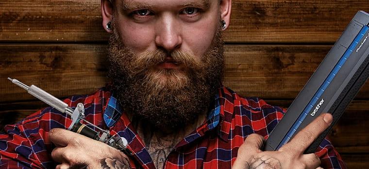 Ragazzo tatuato con stampante Pj in mano