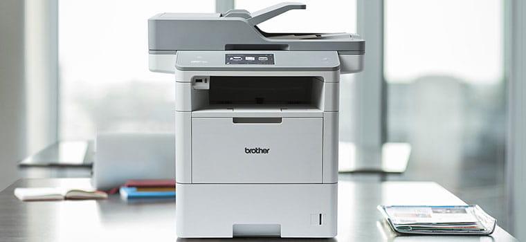 Stampante laser monocromatica MFC-L6900DW su una scrivania in ufficio