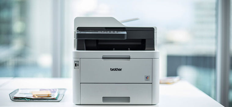 Stampante all-in-one Brother MFC-L3270CDW su un tavolo in ufficio