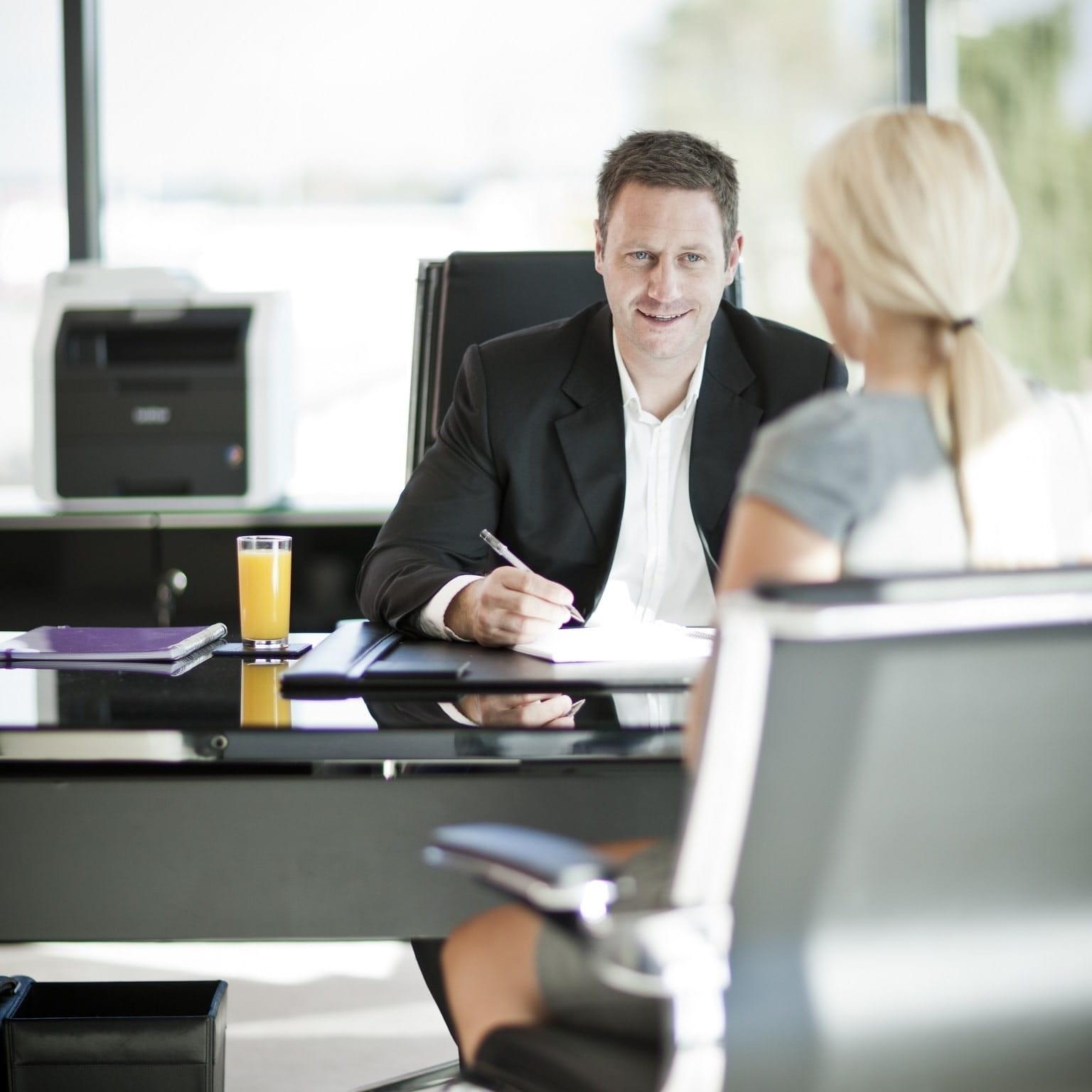 Manager con impiegata in ufficio con stampante multifunzione MFC-9140CDN