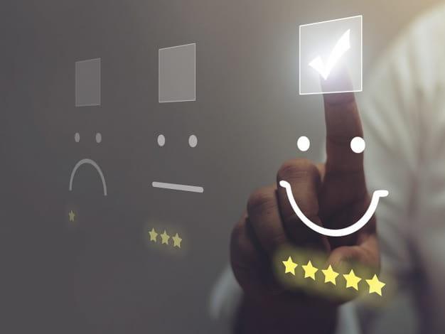 Mano di uomo che clicca un emoji sorridente. Concetto di soddisfazione