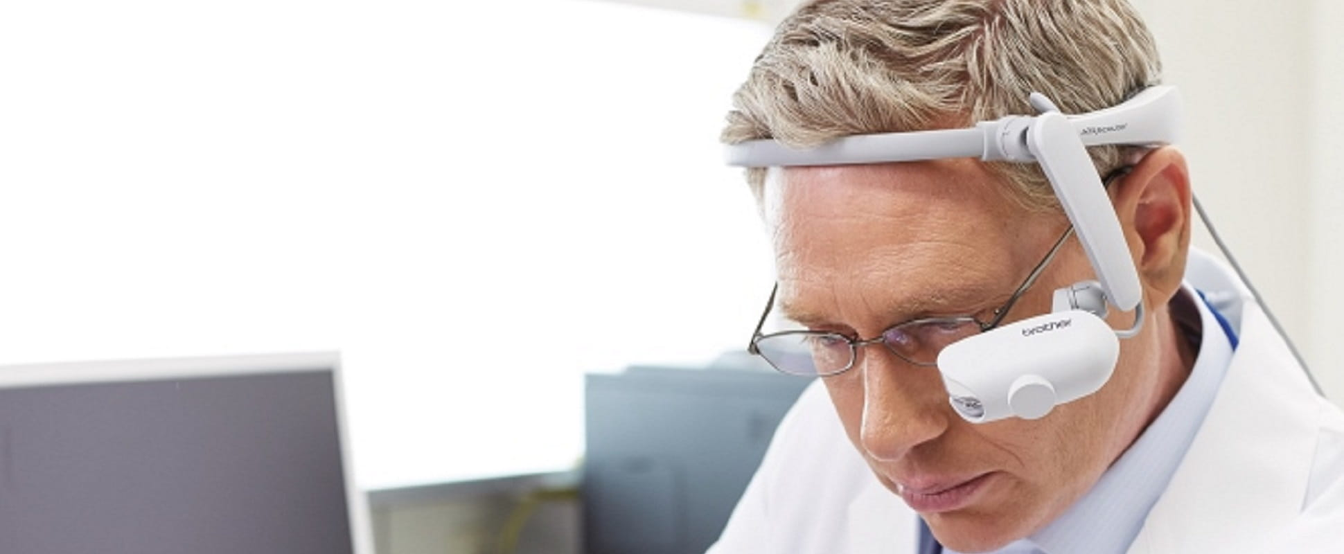 Medico con visore per la realtà aumentata Brother AiRScouter WD-200B