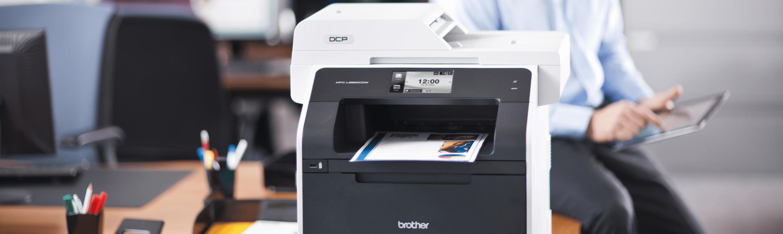 Multifunzione Brother DCP-L8450CDW su scrivania in ufficio