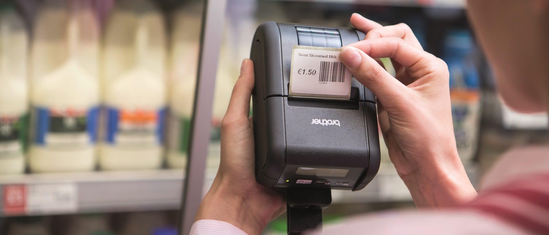 Etichetta con prezzo stampata da impiegata in supermercato con stampante di etichette Brother RJ2150