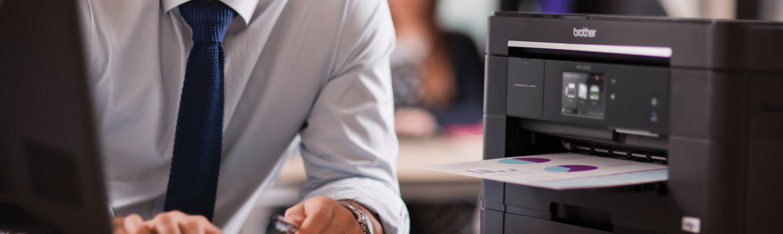 Dettaglio stampante multifunzione inkjet professionale MFC-J5720DW utilizzato tramite PC in ufficio