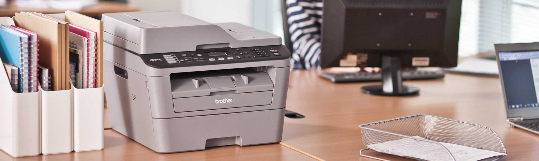 Stampante multifunzione laser Brother MFC-L2700DW su scrivania in ufficio