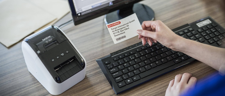 Etichetta a colori in rosso e nero stampata con stampante di etichette Brother QL800