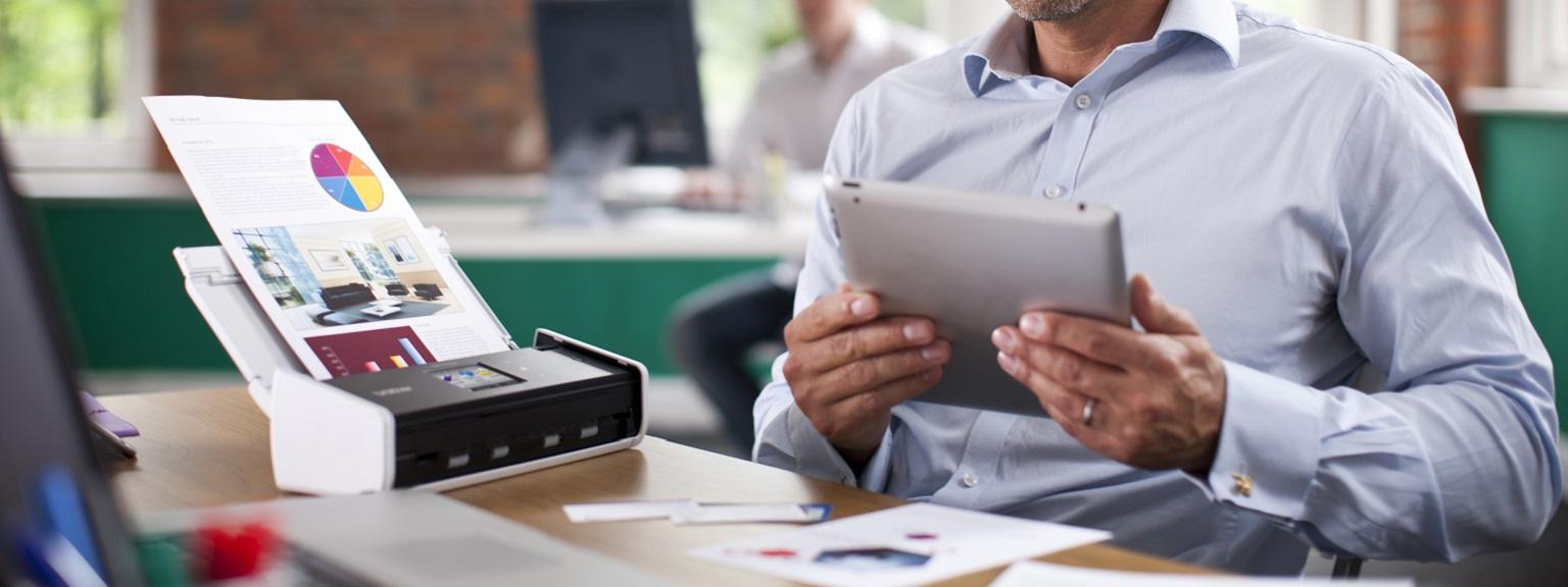Scanner Brother ADS-1600W in funzione su scrivania tramite tablet
