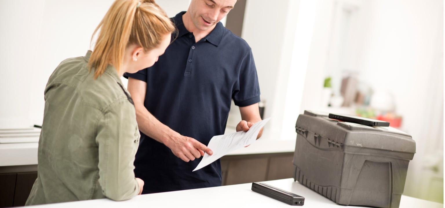 tecnico mostra fattura alla cliente con stampante portatile Brother PJ