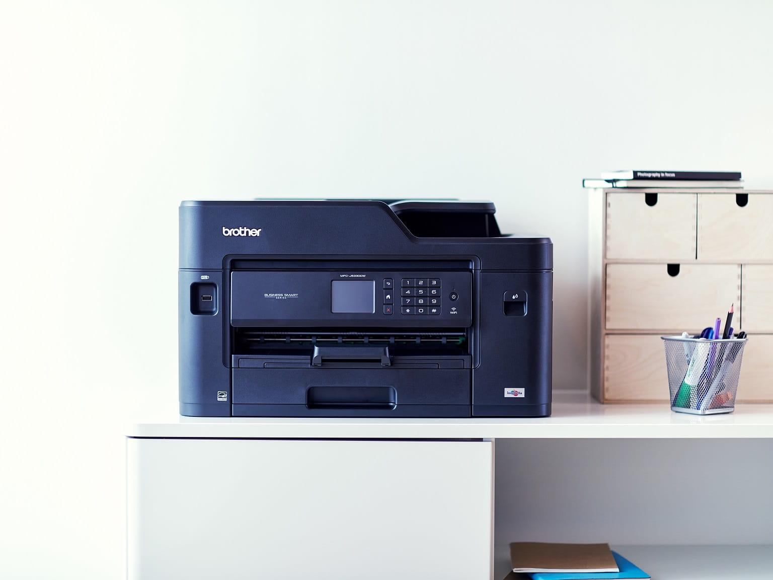 Stampante professionale inkjet Brother su una scrivania in ufficio