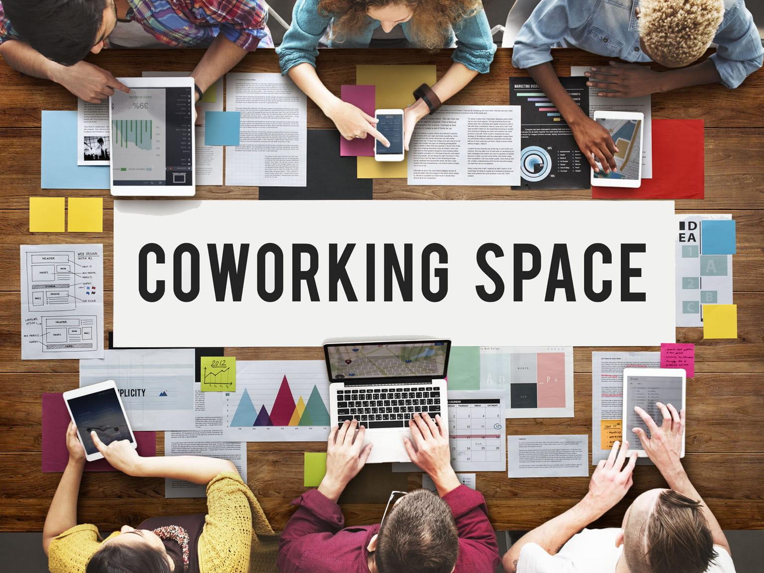 Ambiente d'ufficio coworking con scritta Coworking space