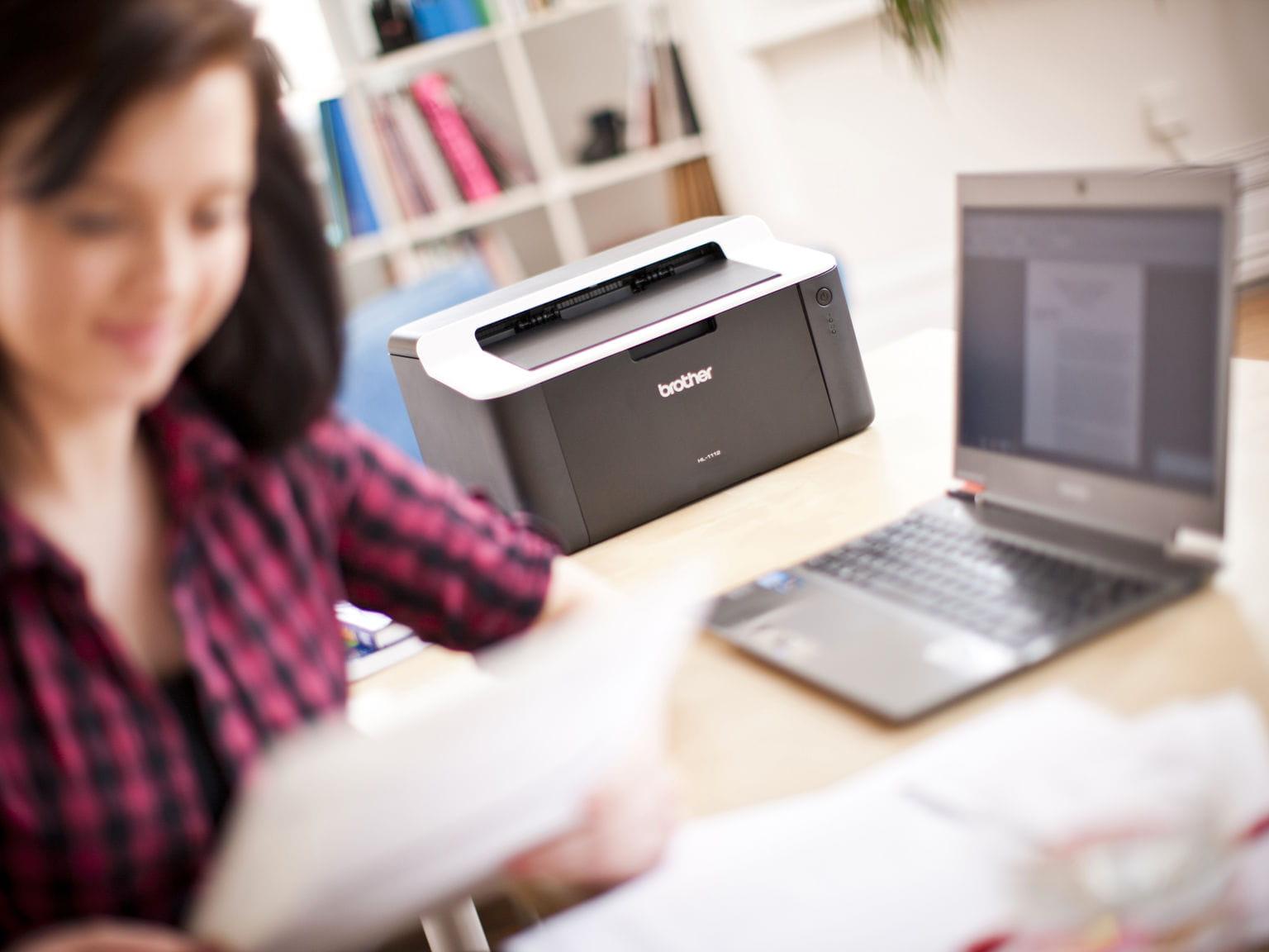 Stampante Brother HL-1112 all'interno di un piccolo ufficio home-office collegata tramite wifi