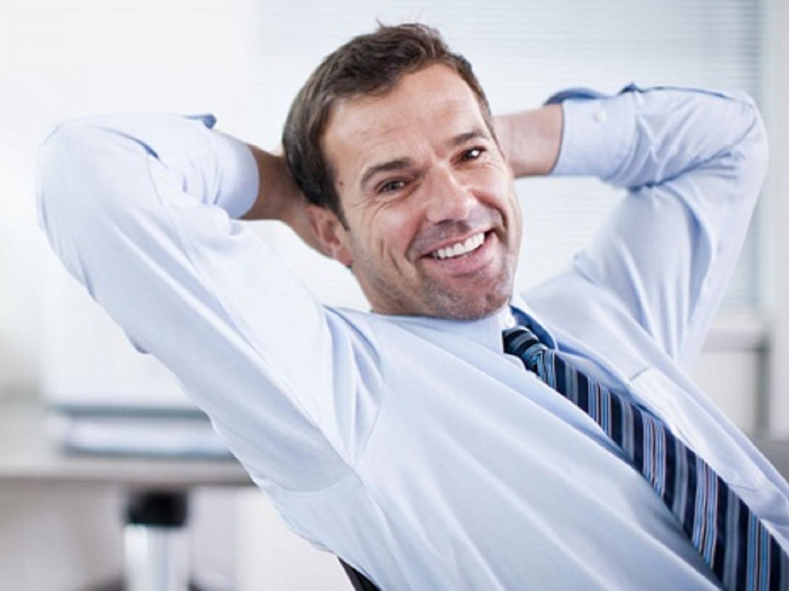 Impiegato sorridente e felice in ufficio